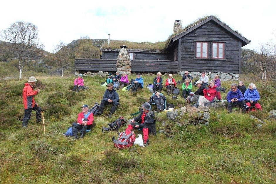 Samling ved Eldfinn Austigard sin hytte. Njål til venstre i bildet forteller sikkert en god historie fra Årdal!