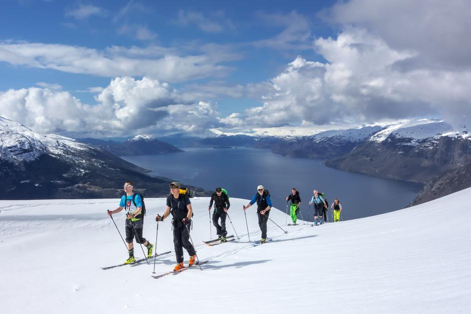 På vei opp mot Oksen. Hardangerfjorden i bakgrunnen.