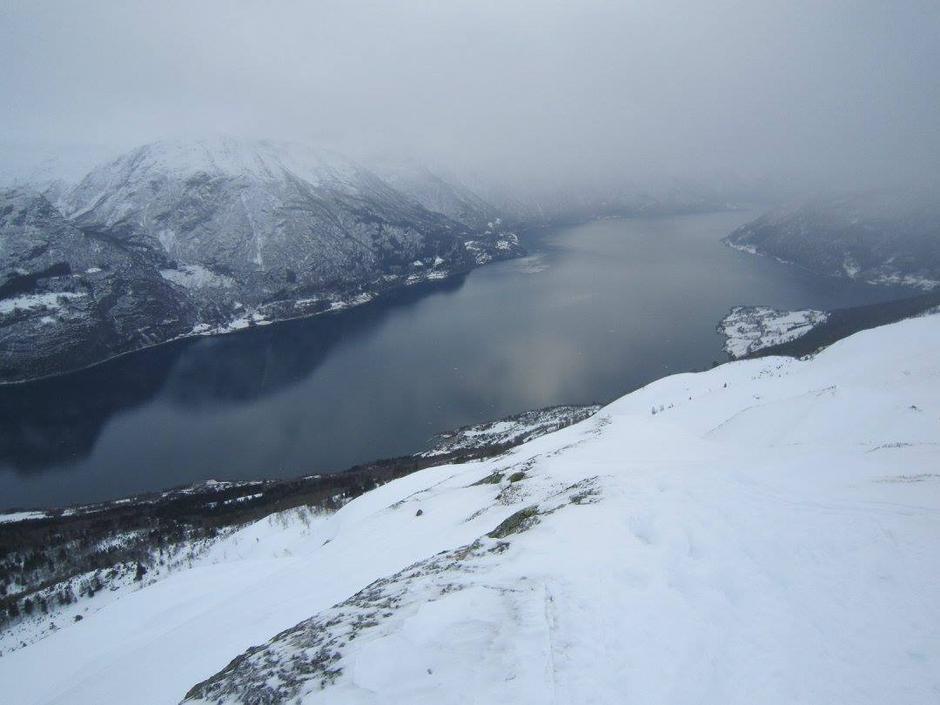 Utover fjorden, med Høyheimsvik og Nes