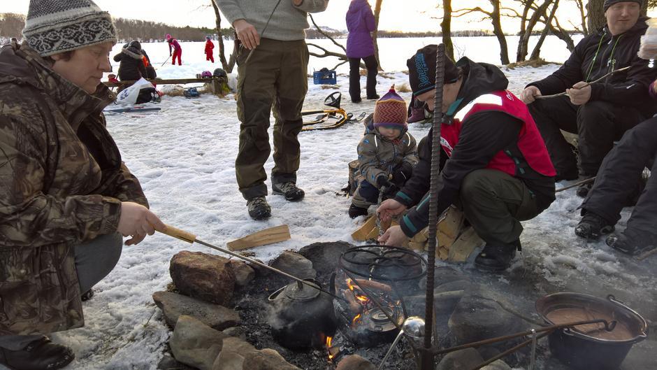 Pølser er god pause mat mellom kampene på isen