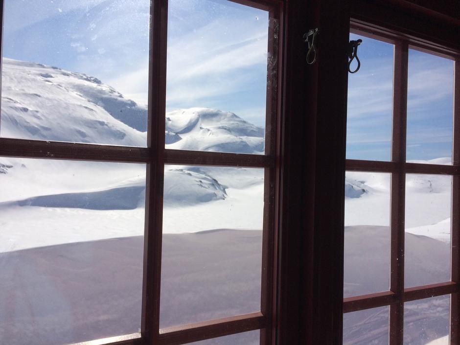 Utsikt gjennom vinduet fra Høgabu.