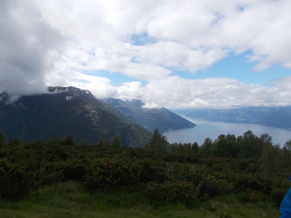 Flott utsikt med Sylvarnes og Sylvarnesdalen i bakgrunnen