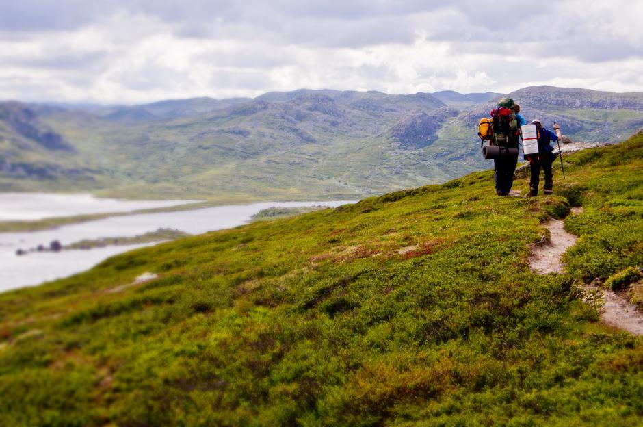 Rubenstur, en årlig tur på Hardangervidda. Arrangert for mennesker med funksjonsnedsettelser av Telemark Turistforening. Her to i gruppa i godt driv mot Vråsjåen og nattens camp.