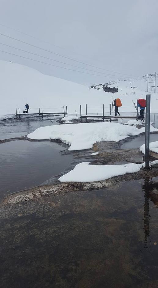Grautheller bro over Grauthellerånå. Vatn over steinene kan forekomme. Normalt ingen fare å gå over Bilde Påsken 2017
