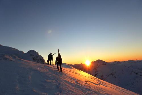 Per Ola Tingvold og Lars Henning Grøtting med en perfekt timet uttopping av Ryssdalsnebba etter en mulig første vinterskibestigning av sørøsteggen.