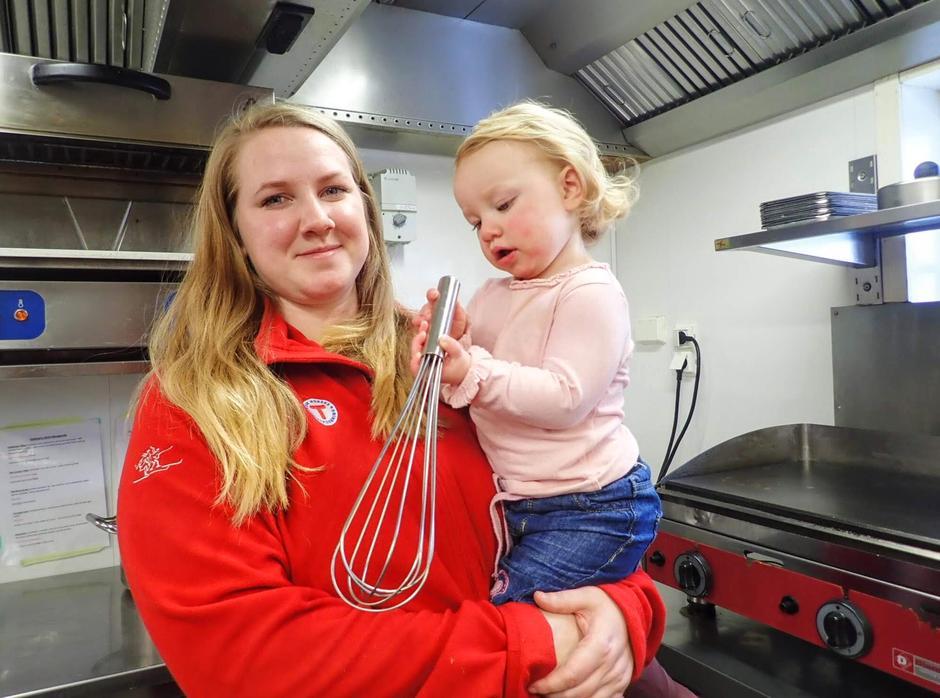Jessika Svensson er vår nye kjøkkensjef. Datteren Isabelle koser seg også på kjøkkenet når hun får være med mamma på jobb.