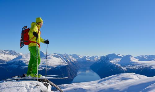 Bilde tatt frå Jolgrøhornet med fantastisk utsikt mot Sunnmørsalpane og Sunnylvsfjorden.