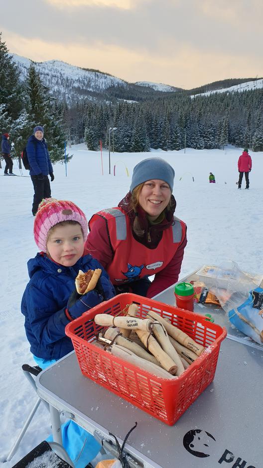 Leder av Barnas Turlag Harstad, Rannveig Kildal Ramtvedt, sammen med en av dagens glade barn, Hanna på 4 år. Rannveig og de andre i Barnsa Turlag delte ut gratis pølser og fiskekaker til alle.