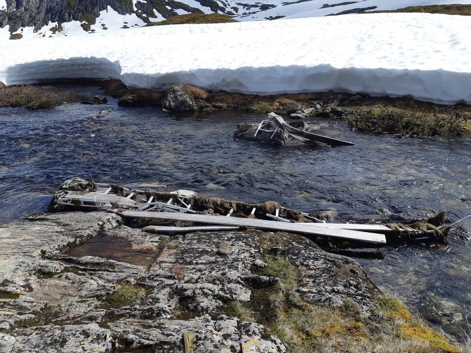 Snø og is har herja med brua over ellva rett før du kjem til Longevasshytta. Det er over ein meter djup snø på andre sida.
