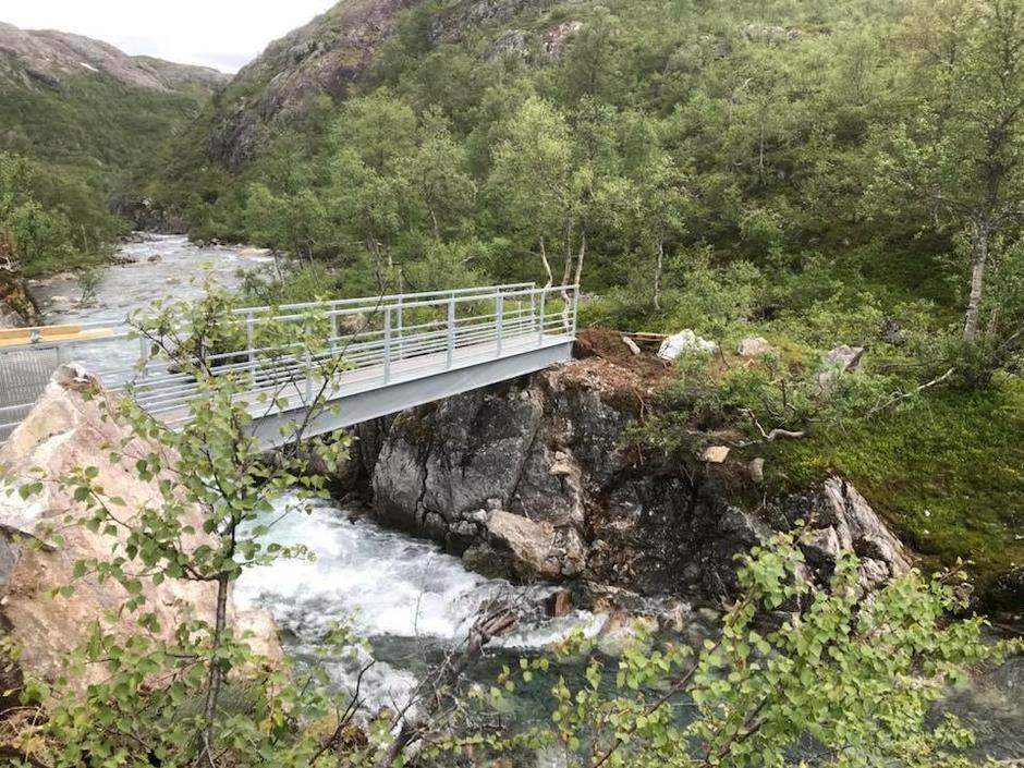 Ny bro er montert  ved Tronggjo, ca. en km sør for hytta i Kvanndalen.
