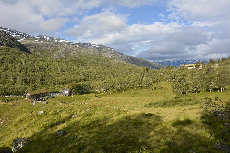 Stolt strekker Jonstølen seg ut i hele sin lengde på svaet ovenfor den opprinnelige Jonstøl.