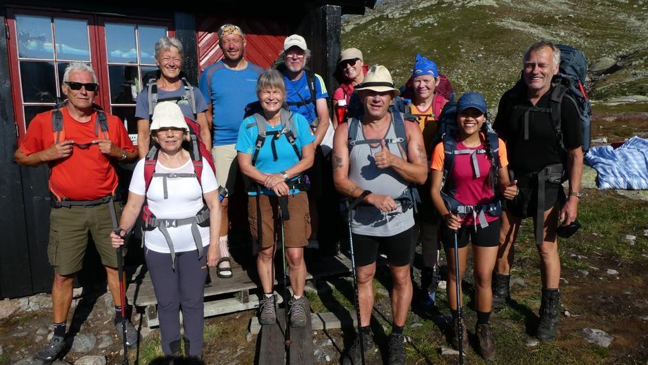 Her er vi klare for avgang fra Tjørnbrotbu. Bak fra venstre Svein Åge, Gjertrud, Cato, Gunnar Dag, Isabell og Anne Marta. Foran fra venstre: Kristin, Inger-Johanne, Christer, Trixie og turleder Kjell.
