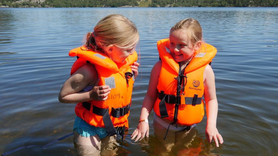 Vennskapsbånd knyttes raskt på tur med Barnas Turlag. Emilie og Anna har funnet tonen sammen.