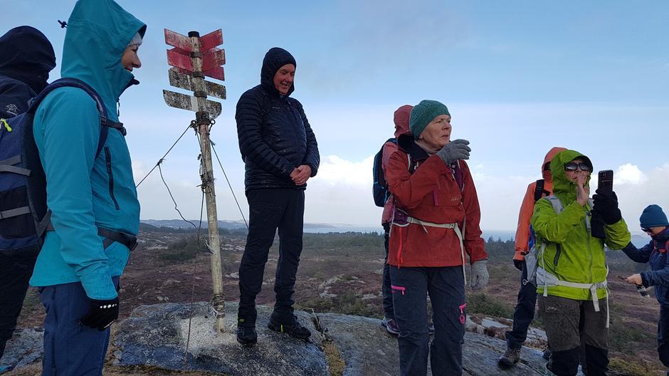 På Anekletten. Solbjørg Helen Vik informerer kva vi ser rundt om kring oss. Synd med grå dis og regn då vi var der.