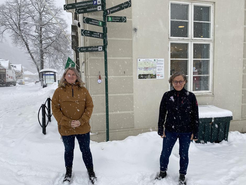 May-Liss og hyttedriver på Gaustatoppen, Jorunn, under overrekkelsen.