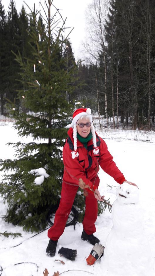 Ellen Kilvære lager snømann ved Lauvesetra.
