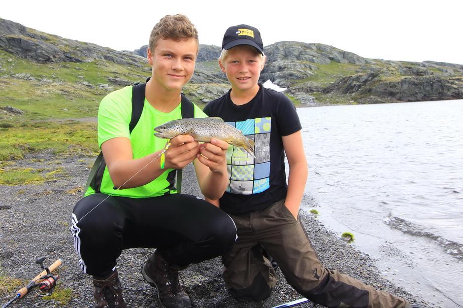 Turlagets «fiske-ekspert» Emil Engø (t.v.) og Anders Hauge med en flott fisk tatt i Trollavatnet.