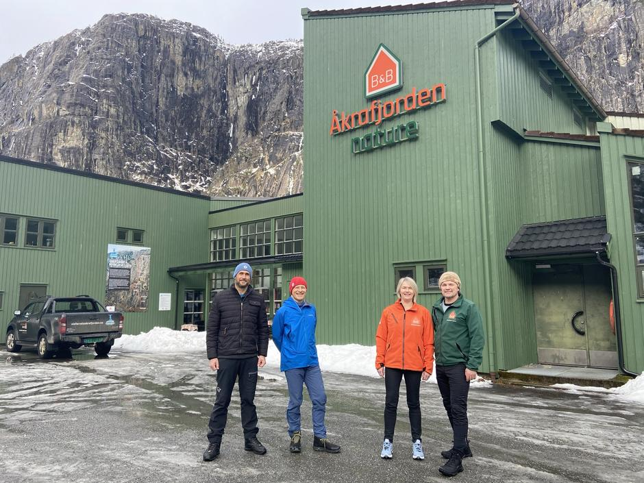 Tore Haugen og Lars Johann Milje i Haugesund Turistforening med Laila Sørhus og Robert S. Melkeraaen hos Åkrafjorden Nature B&B.