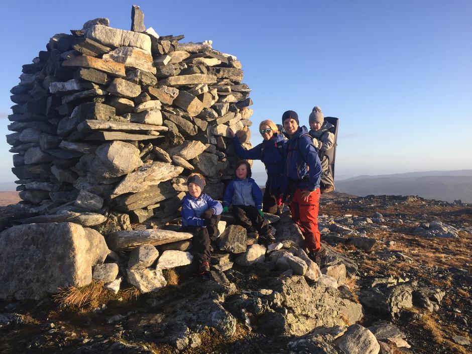 Til topps på Hestgrovheia i Agdenes. Frode Hammer (36), Trine Skarstad (33), Sander (6), Sebastian (4) og Adrian (2)