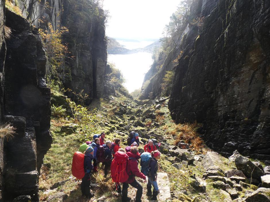 """Samling i """"bånn"""" i Gjeljeholet ved Sørkvingevatnet i Masfjorden."""