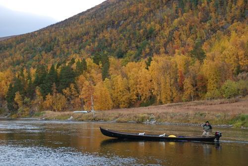 Med elvebåt på Reisaelva