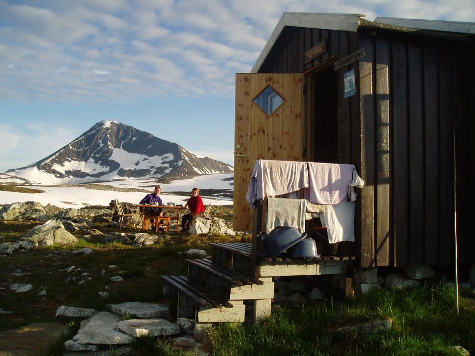 Helt greit å våkne til denne utsikten? Skarvassbu ligger en dagstur fra Tromsø.