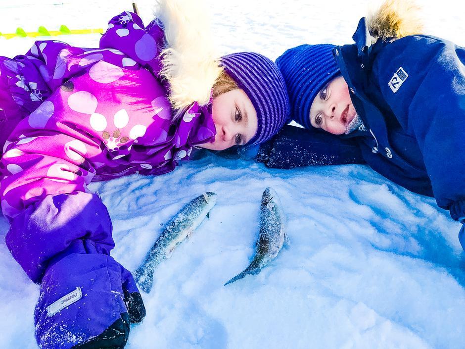To fornøyde barn med hver sin fangst