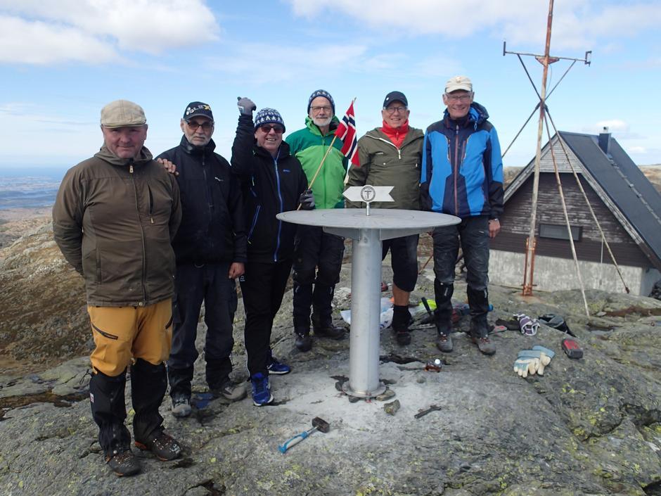Ei stolt gjeng etter fullført arbeid. Frå venstre: Odd Lars Huset, Bjørn Helle, Svein Harald Grov, Jakob Gullberg, Sigfred Framnes og Jarle Hevrøy.