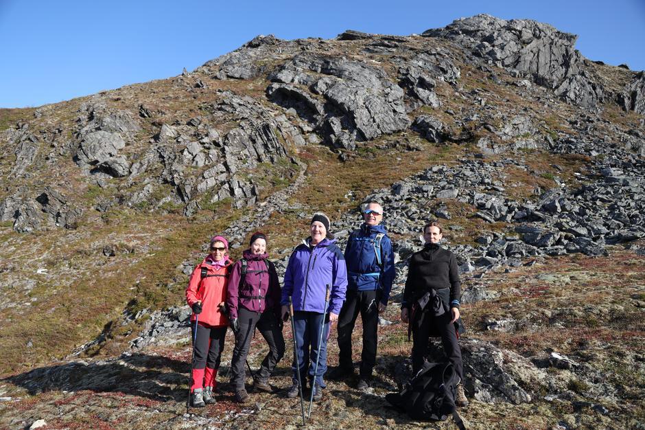 Gruppa har nettopp forsert det bratteste stykket på turen. Fra venstre:  Britt Hjortnes, Karianne Hjortnes, Borghild Hjortnes, Harald K. Halset og Cathrine Groth