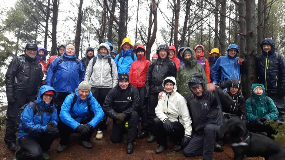 31 turgåere og en hund i en liten pause i skogen ovenfor Sotra Arena