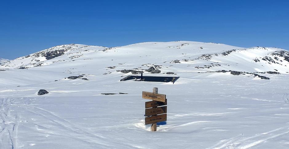 Mye snø ved Hardbakkhytta.