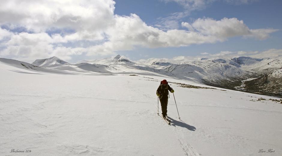 Bildet er tatt på 1mai turen vår på Sotflye i Skjåk kommune, Sota sæter er nede i dalen høgre side i bildet og fjelltoppene i bakgrunnen er fv Tundradalskyrkja 1970moh og Tverådalskyrkja 2089moh.
