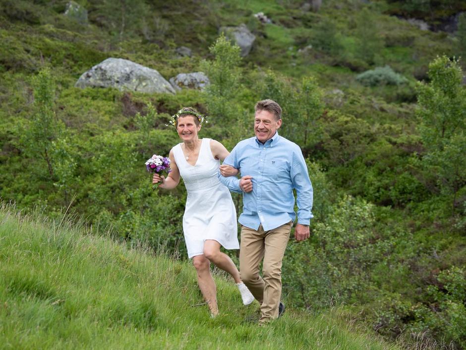 Brudens bror, Ron Ove Klippenberg, følger henne til vielsen.