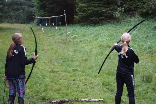 Pil og bue under aktivitetsdag i Alvøskogen i 2018