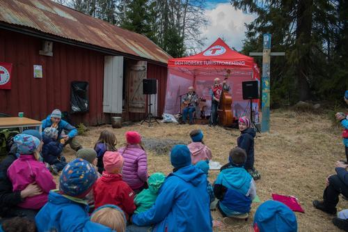 I år, som tidligere, kan vi glede oss over at Elin Prøysen og Egil Johansson stiller med sang og musikk på Jensrud.