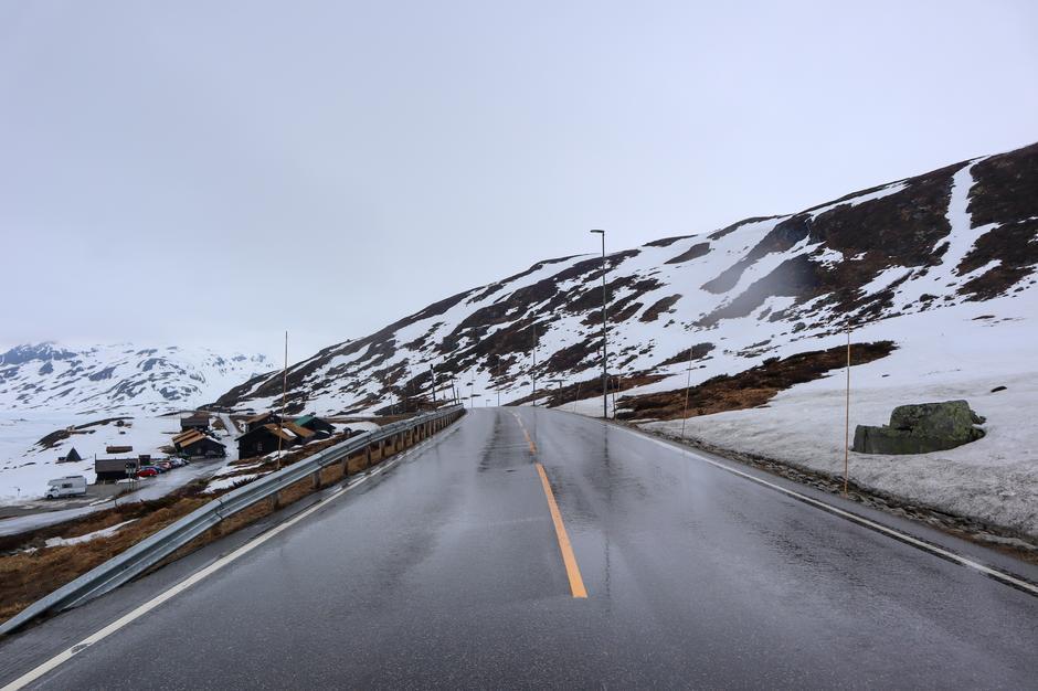 Vi får ofte spørsmål om vei og kjøreforhold over fjellet. De siste ukene har det stort sett vært fine kjøreforhold og bar vei, men det vanskelig å komme med spådommer om fremtiden.  Oppdateringer om vei og kjøreforhold kan du finne på hjemmesiden til Vegvesenet.
