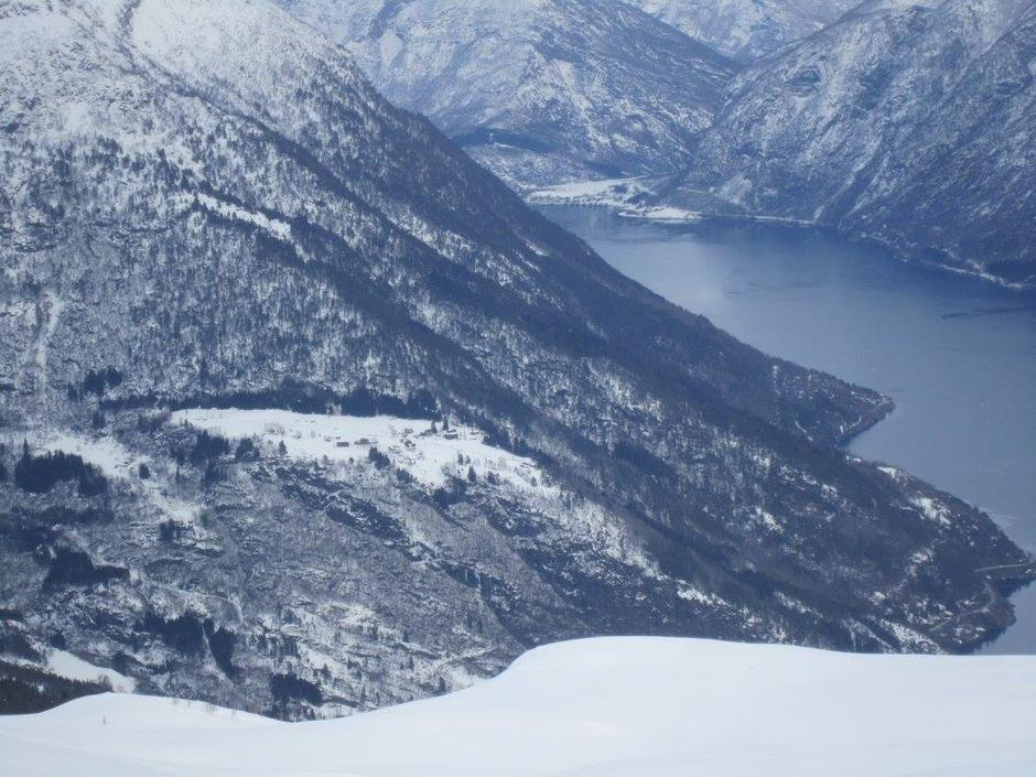 Utsyn innover fjorden mot Skjolden, med høgdegarden Berge midt i biletet