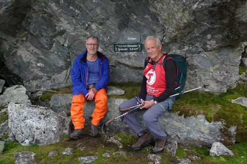 """Kjell Idar Bjørgen og Kåre Eik kviler på """"Sofaen"""" mellom Reisete og Botsvatn."""