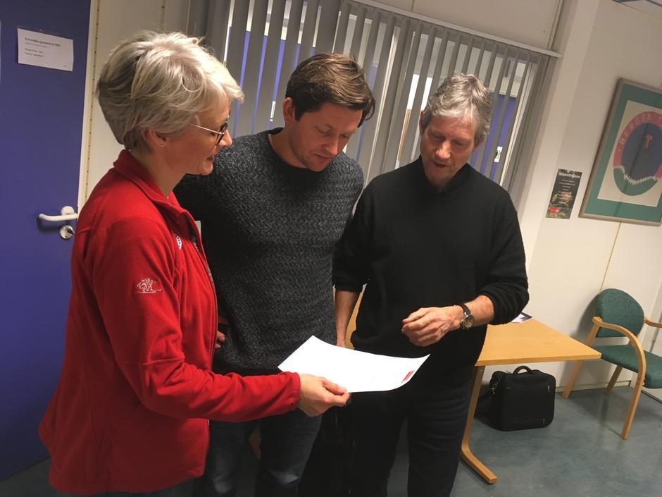 Helene Ødven overrekker appellen fra Turlaget om å stoppe planene om vindkraftutbygging i Stølsheimen til Espen Borgir Christophersen (t.v.) og Rune Hersvik (t.h.) i Norsk Vind Energi AS.
