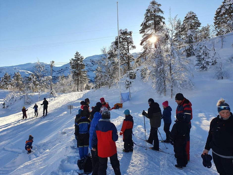I eit nydelig vêr arrangerte Barnas Turlag Keipen Kom Deg Ut-dag ved Karlskaret. Det var kaldt, men med sol og aktivitet holdt vi varmen. Turbo er kjempegodt nøgd med at 33 born og 26 vaksne deltok og gjorde det til ein flott dag! Vi hadde quiz på vegen opp, og det var nydelige forhold for ski og aking.