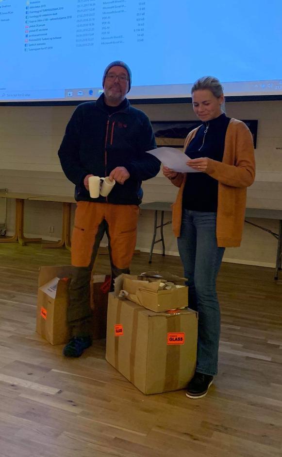 Svenn Petter og Jannike stod for utdeling av Turboktrim-krus.