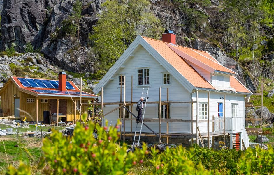 IDYLL: Fjellgarden ligger vakkert til ovenfor Lysefjorden.