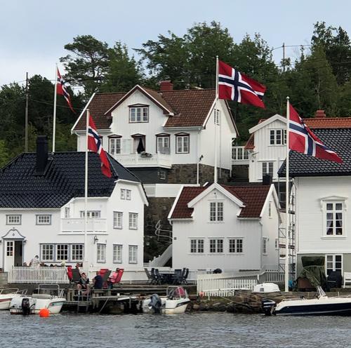 Det er sommer, det er søndag, da skal det flagges på Lyngør.