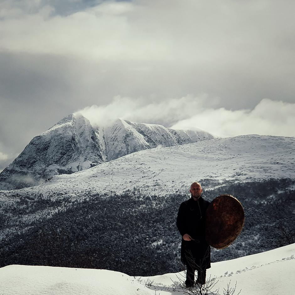 Frontmann Einar Selvik i Wardruna på Tustnafjella.