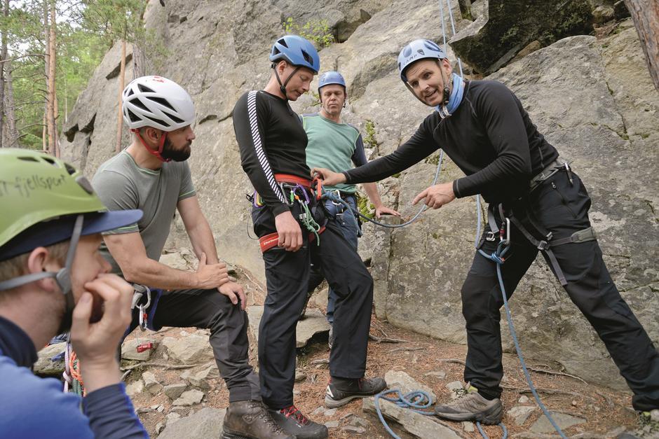 RUTINE: – Sikkerhet først. Før enhver klatring skal kameratsjekk gjennomføres, sier kursleder Elling Nygaard og innprenter kursdeltakerne klatresportens viktigste mantra.