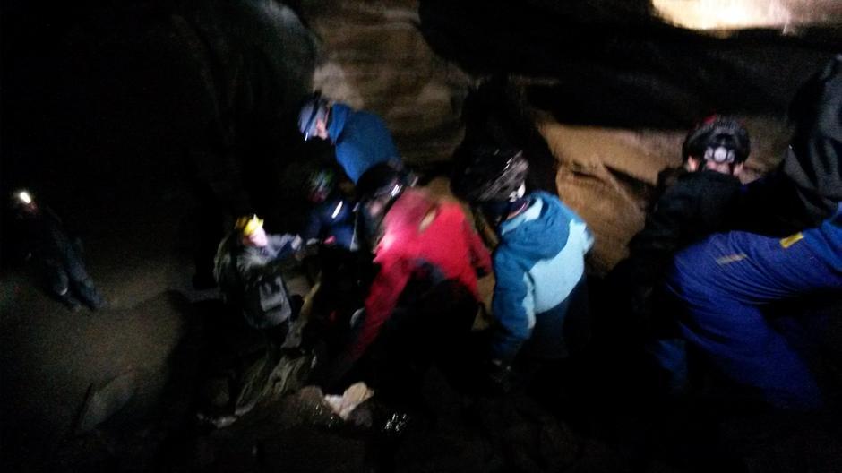 """Det kan være litt utfordrende """"terreng"""" på grottevandring, men da hjelper vi hverandre."""