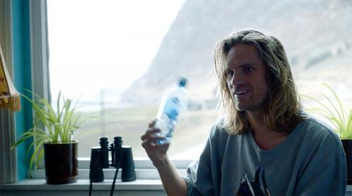 Simen Knudsen- en surfende blekkulf forteller om marin forsøpling