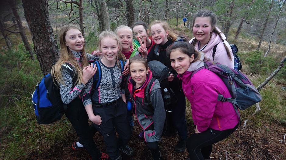 8. klassingar på OPPTUR på veg til Snauesnyken i Hyllestad