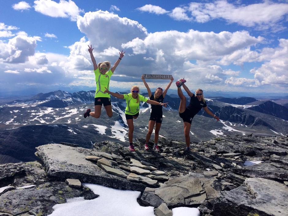 Dette bildet er tatt på toppen av Rondeslottet 3juli 2014.  Det er fire flotte jenter fra NTG-Lillehammer som løp til toppen av Rondeslottet iet fantastisk vær.Vilde Aaseth (til venstre)- Marte Mæhlum Johansen- Susann Sagstuen- Johanne Hauge Harviken