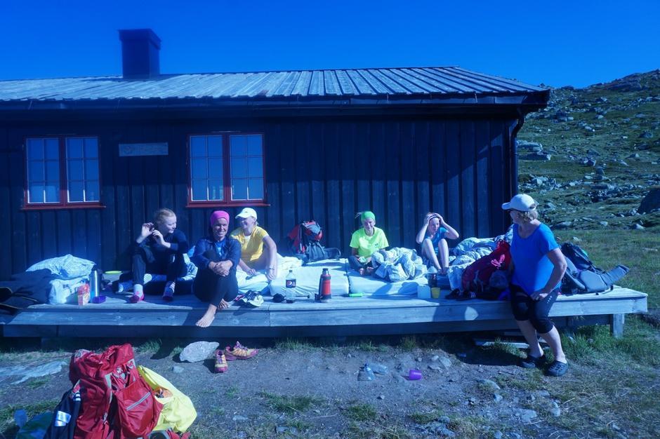 Overfylte hytter og mange måtte sove ute på Tjørnbrotbu. Denne gjengen tok det med et stort smil! Fra venstre: Marie Dovland Løgning, Ingvill Vik Dunsæd, Emma Oline Vik, Elise Lill Vik, Ingrid Dovland Løgning og Tove Dovland Løgning.